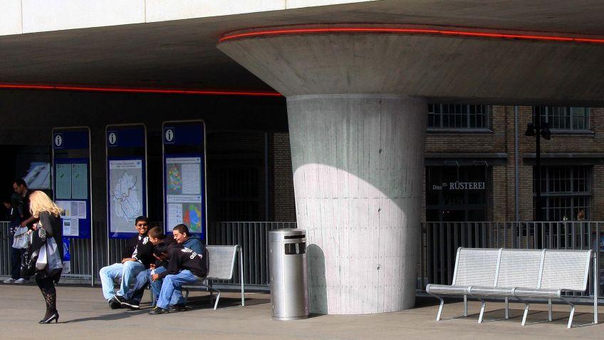 Modulare  Futura  Sitzbank  aus  Alu-Sitzfläche  und  Stahlgestell  in  der  Innenstadt.