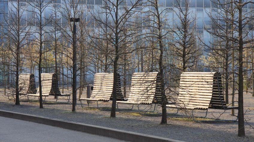 Landi  Doppelsitzbank  mit  hoher  Rückenlehne  in  der  Ausführung  Lärche  am  Oerlikerplatz  Zürich