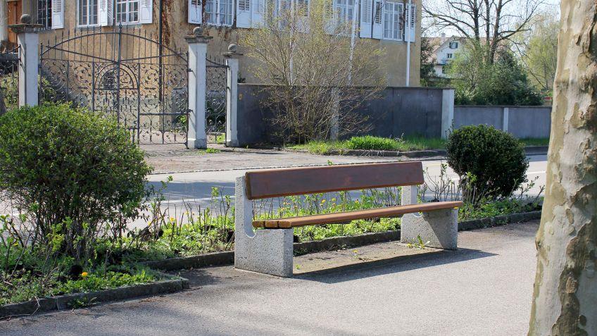 Marco  Sitzbank  mit  durchgehender  Holz-Sitzfläche  und  Seitenkonsolen  aus  Beton.