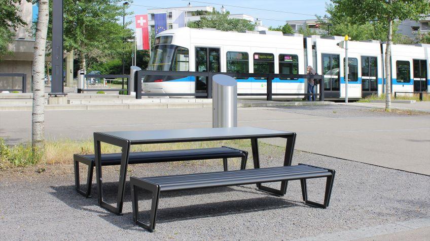 BURRI02  Tisch  im  Kombination  mit  der  Sitzbank  ohne  Rückenlehne  auf  einem  öffentlichem  Platz.