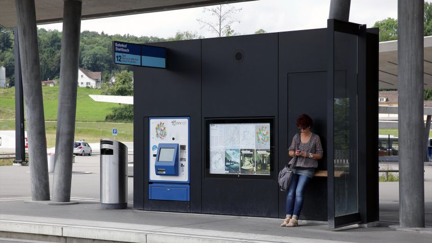 Die  alleinstehende  HSI  ZERO  Wand  als  ergänzender  Infoträger  im  einheitlichen  Typus  der  Glattalbahn-Haltenstellen.