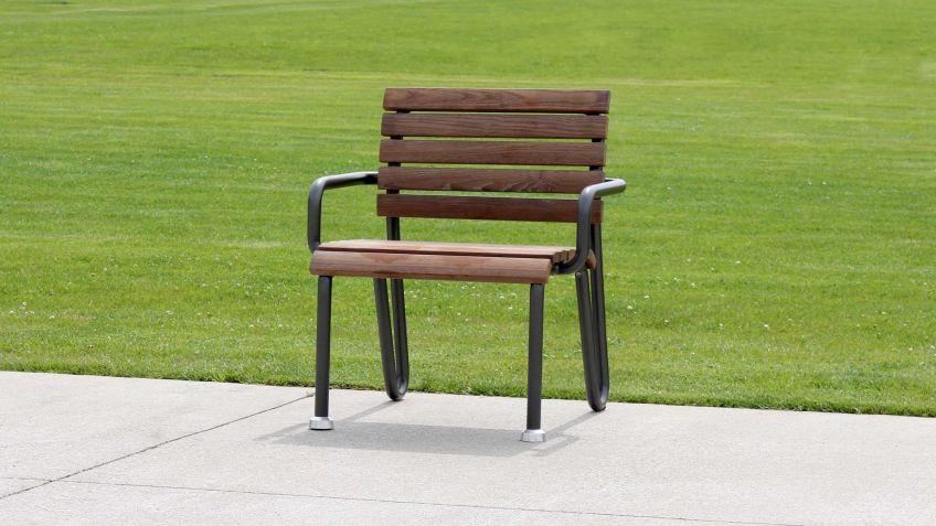Der  Vivax  Sessel  mit  NATWOOD-Latten  und  schwarzem  Gestell  setzt  Akzente.