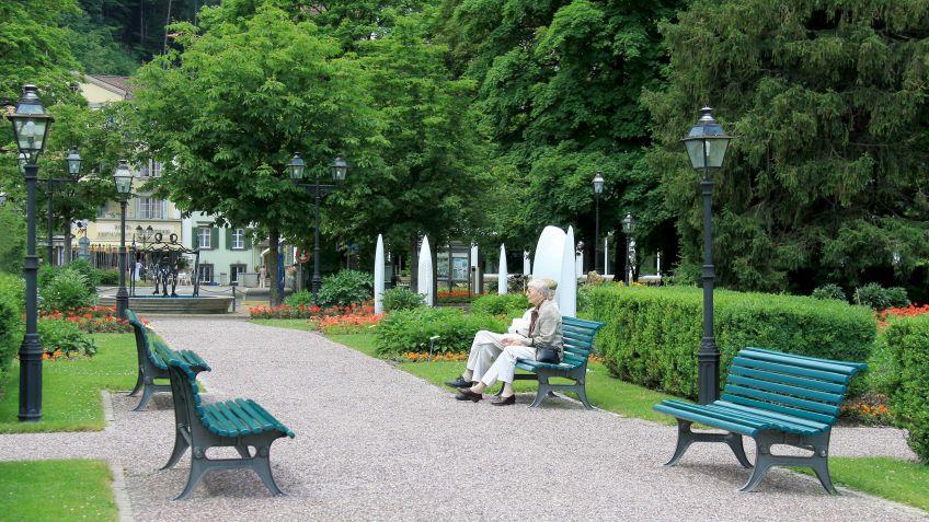 Farbig  lackierte  Parade  Bank  in  einer  historischen  Park-Promenade.
