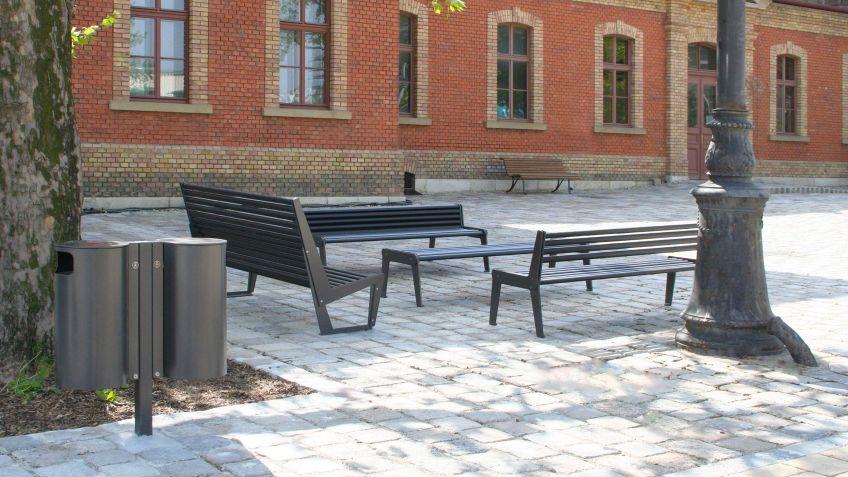Der  Public  Bin  50L  in  Doppel-Kombination  passt  dank  schlichtem  Design  auch  in  ein  historisches  Stadtbild.