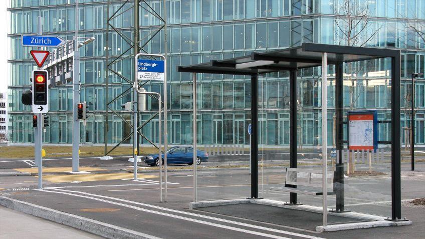 Witterungsgeschützte  HSI  ZERO  BUS  Wartehalle  mit  Seitenwänden  an  einer  Bushaltestelle  in  Zürich.