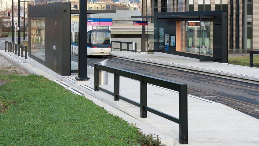 Das  Geländer  ergänzt  die  Haltestellen-Infrastruktur  des  HSI  ZERO  Systems  in  gleicher  Typologie.