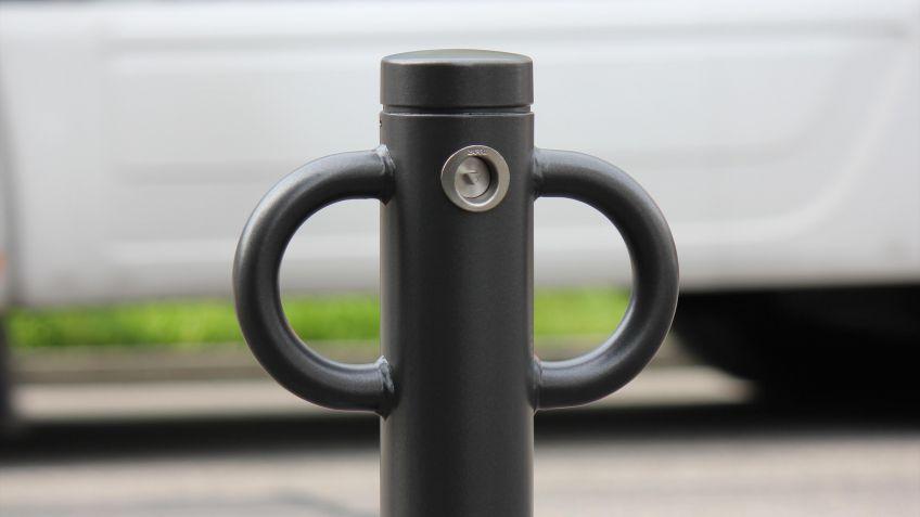 Velopoller  mit  Anschliessbügel  Rund  für  Fahrradschlösser,  basierend  auf  Public  Poller  Uni.