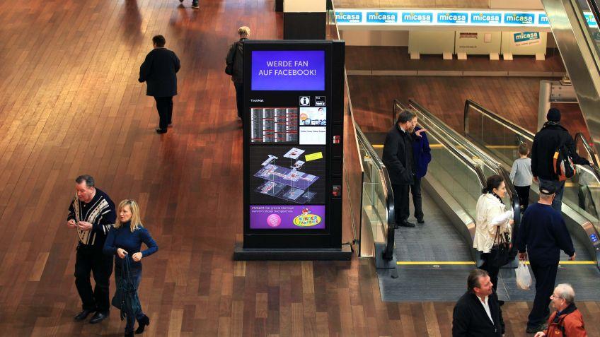 Die  Monitorstele  im  Spezialformat  und  mit  seitlichem  Flyer-Einschüben  im  Shoppingcenter  Tivoli.