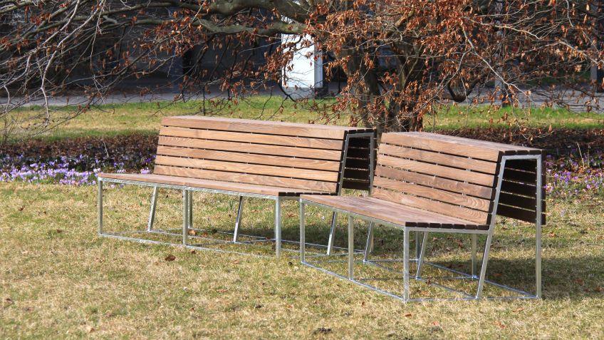 Landscape  Sitzbank  mit  Rückenlehne  und  wetterfester  NATWOOD-Belattung  in  einer  Parkanlage.