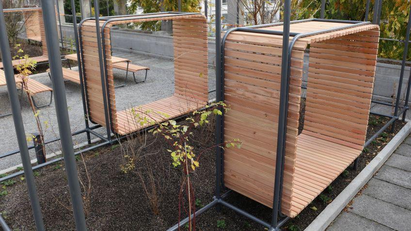 Die  Sitznischen  hat  BURRI  public  elements  nach  Mass  gefertigt  und  in  Rankgerüsten  platziert.