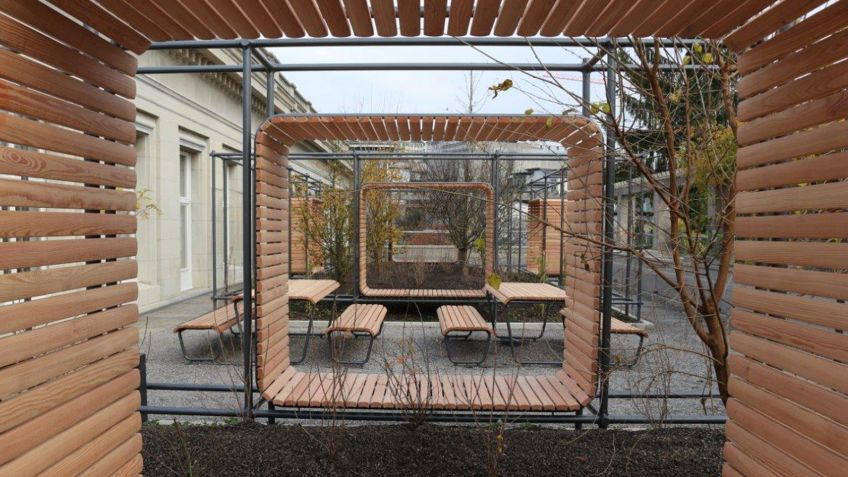 Outdoor Office Space mit Einzelarbeitsplatz und Team-Tischen