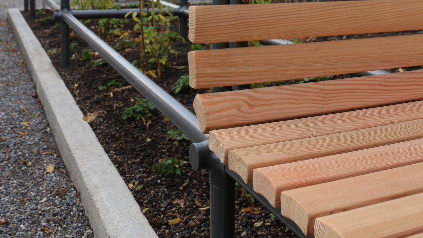 Die  für  die  Sitznischen  verwendeten  Holzlatten  sind  aus  einheimischer  Lärche  und  ähneln  denjenigen  der  klassischen