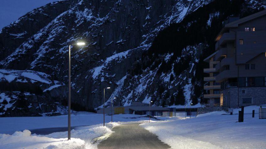 Alpine  Strassenbeleuchtung  mit  der  METRO  LED-Aufsatzleuchte  im  Schweizer  Alpen-Resort  Andermatt.