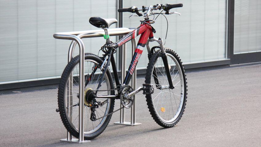 Cykelog  Parkbügel  aus  robustem  Edelstahl  für  beidseitiges  Abstellen  und  Sichern  von  Fahrrädern.