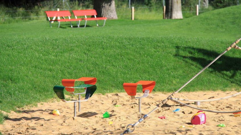 Evolution  Hocker  auf  einem  Spielplatz  aus  Sicherheitsgründen  fest  einbetoniert.