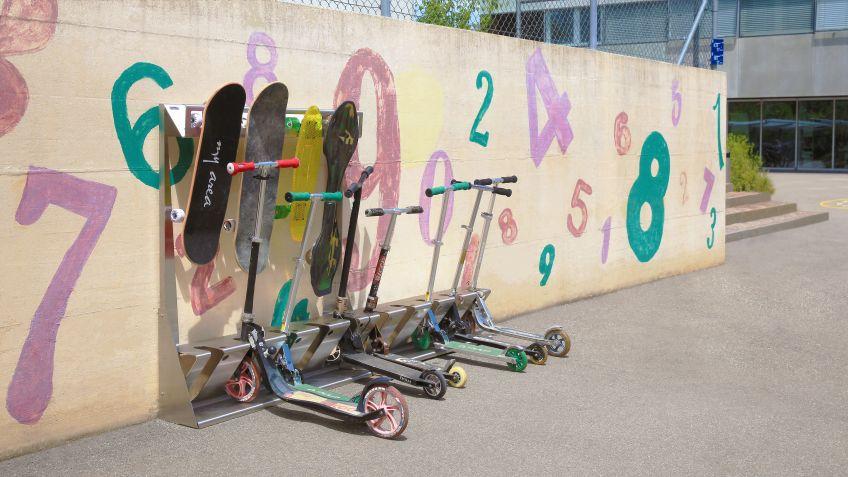 Kombiniertes  System  aus  SkateboardZ  und  KickboardZ  für  die  freie  Aufstellung  an  einer  Wand  als  einseitige