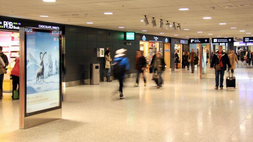 Werbeträger  und  schlankes  Gestaltungselement  in  einer  Einkaufspassage  im  Flughafen  Zürich.