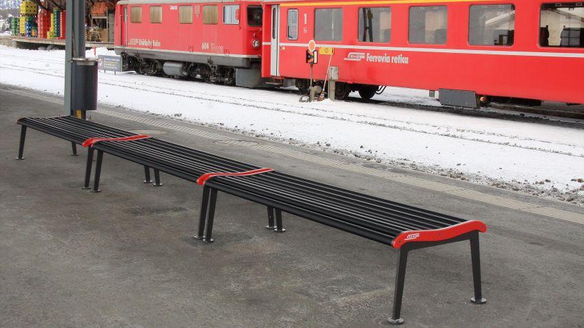 RHB  Bank  ohne  Rückenlehne  mit  dem  Branding  der  Rhätischen  Bahn.