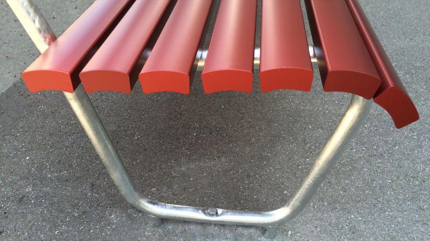 Die  Landi  Sitzbank  mit  Aluminiumlatten  ist  ideal  für  öffentliche  Räume,  die  von  starken  Umwelteinflüssen  geprägt