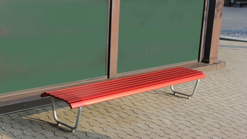 Die  Landi  Sitzbank  mit  Aluminiumlatten  ist  elegant,  komfortabel  und  hält  verschiedensten  Umwelteinflüssen  stand