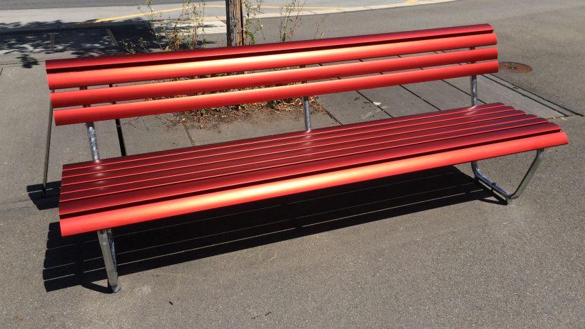 Die  Landi  Sitzbank  mit  Aluminiumlatten  mit  Rückenlehne  ist  bequem  und  hält  verschiedensten  Umwelteinflüssen  stand