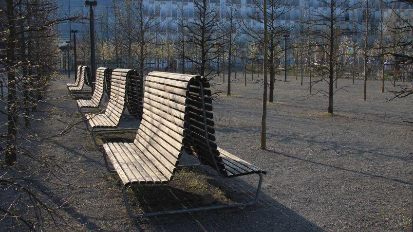 Die Landi Doppelsitzbank mit hoher Rückenlehne dient als Windschutz und schafft eine gewisse Privatsphäre