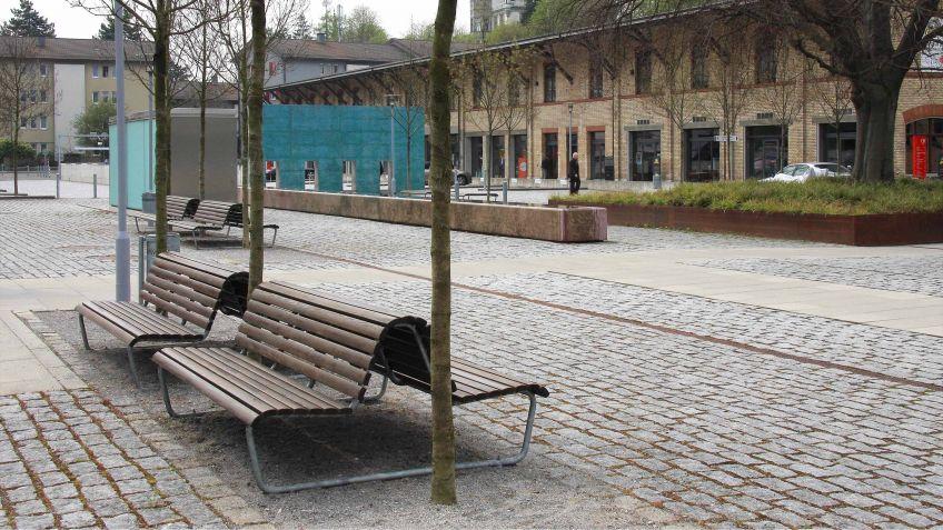 Landi  Doppelsitzbank  mit  tiefer  Rückenlehne  in  städtischem  Umfeld