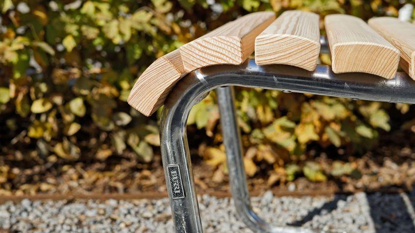 Landi Hocker und Landi Sessel sind in naturbelassener Lärche oder gestrichener Tanne erhältlich