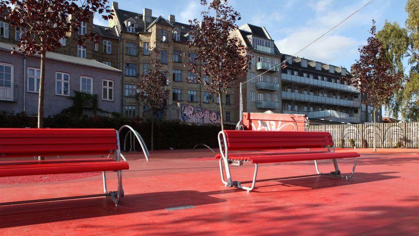 Die schwenkbare Rückenlehne ermöglicht das Sitzen in zwei Richtungen – je nach Gefühl, Aussicht oder Sonnenstand