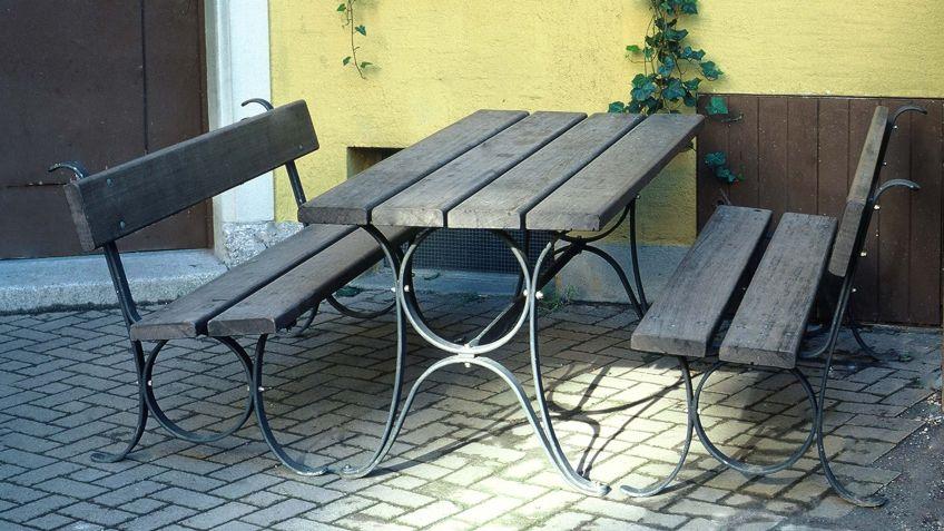 Die  filigrane  Limmat  Sitzbank  mit  Rückenlehne  und  der  Limmat  Tisch  verleihen  eine  historische  Note.