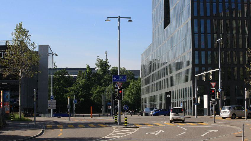 Die  Kreuzung  Hagenholz-/Leutschenbachstrasse  beim  Messeparking  in  Zürich-Oerlikon