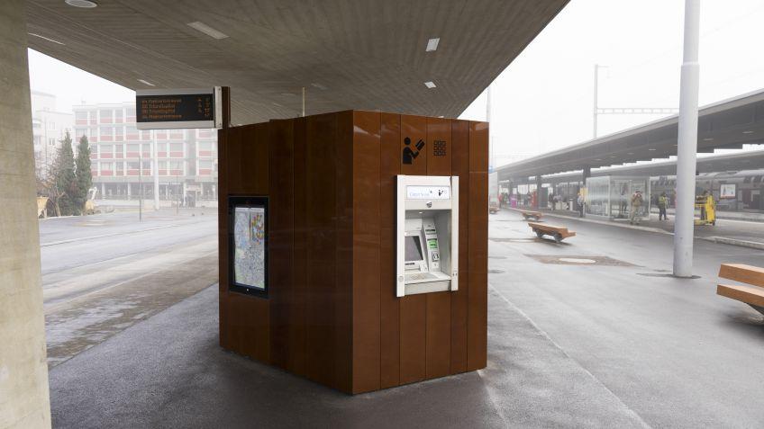 Die  Paravents  am  Max-Frisch-Platz  beherbergen  unter  anderem  auch  einen  Bankomat.