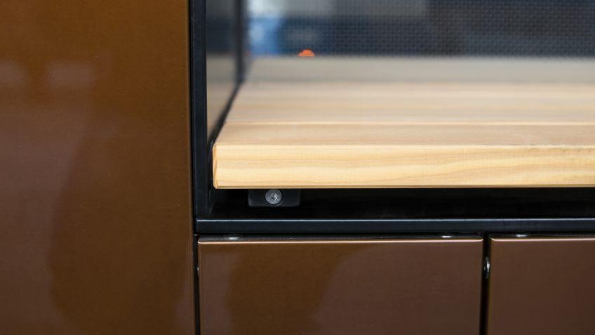 Die  Sitzflächen  in  den  Nischen  der  Paravents  bestehen  aus  hochwertigem  heimischen  Lärchenholz.