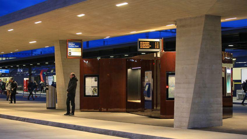 Spezialgefertigte  Paravents  für  den  Max-Frisch-Platz  am  Bahnhof  Zürich  Oerlikon.