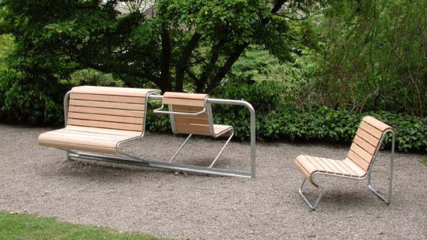 Portami  Sitzbank  mit  Rückenlehne  in  Lärchenausführung  als  zusammengehängende  Parkbank.