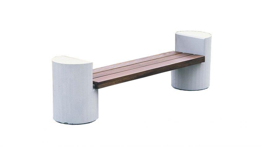 Riva  Sitzbank  ohne  Rückenlehne  mit  massiven  Betonkonsolen.