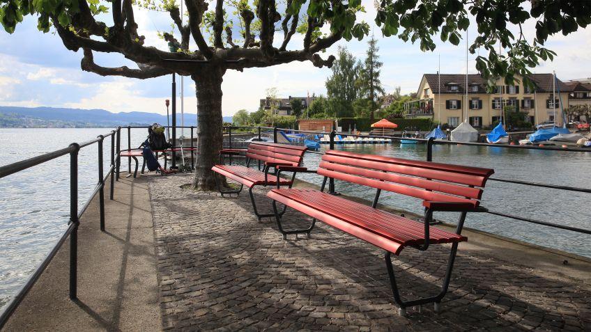 Landi  Sitzbänke  mit  Aluminiumlatten  an  der  Schiffsanlegestelle  Stäfa  in  Zürich