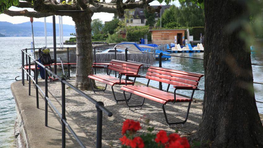 Bänke  mit  Seesicht:  Landis  mit  Alubelattung  in  der  Hafenanlage  Stäfa  in  Zürich.