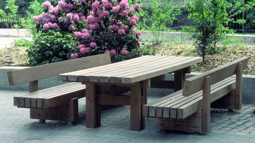Sol  Tisch  zusammen  mit  Sol  Sitzbänken  zu  einladendem  Sitzprogramm  kombiniert.