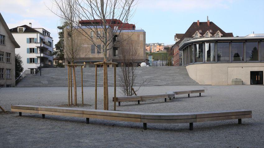Die  Schlangenbank  von  BURRI  bietet  vielen  Leuten  gleichzeitig  einen  bequemen  Sitzplatz.