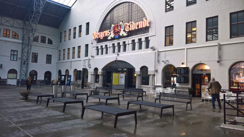 Die  Haupthalle  des  Bahnhofes  in  Bergen,  Norwegen  bietet  dank  BURRI  02  Banksystemen  zahlreiche  Sitzgelegenheiten.