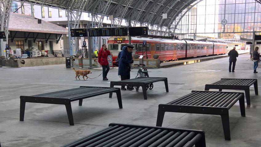Am  Bahnhof  in  Bergen,  Norwegen  bieten  wetterbeständige  BURRI  02  Sitzbänke  den  Pendlern  und  Passanten  Platz
