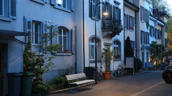 ALLEY Leuchte und Landi Sitzbank an der Heimatstrasse in Zürich