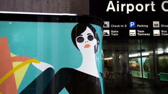 Gebogene Branding Wall beim Eingang ins Airport-Center