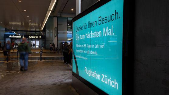 Hinterleuchtete Branding Wall beim Flughafen Zürich