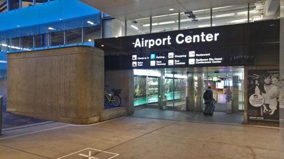So sah der Eingang zum Airport Center vor Montage der Branding Wall aus