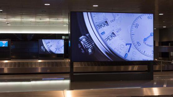 Mehrere Monitorstelen im Querformat stehen bei der Gepäckausgabe 2 am Flughafen Zürich
