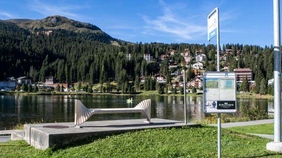 Direkt am See befindet sich die gemütliche Sitzgelegenheit simple