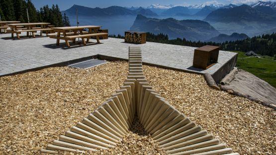 Entspricht der Spielplatz-Norm EN1176 - Fallschutz aus losen Holzschnitzeln