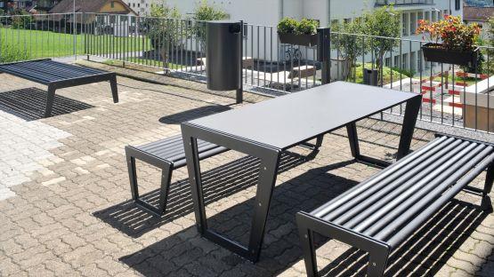 Wohnanlage  mit  BURRI  02  Tisch  und  Bank  ohne  Rückenlehne